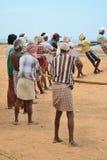 Los pescadores están tirando de la red del mar en la India Fotografía de archivo libre de regalías