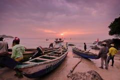Los pescadores lanzan un barco en Senya Beraku, Ghana Imágenes de archivo libres de regalías