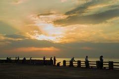 Los pescadores pescan al borde del mar, durante la noche en el embaldosado fotos de archivo libres de regalías
