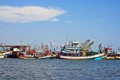 Los pescadores preparan el barco para Imagen de archivo