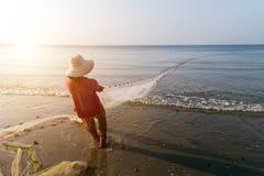 Los pescadores son pescados tirados en la red de pesca imágenes de archivo libres de regalías