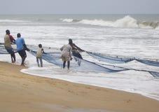 Los pescadores tiran adentro de la captura del día Fotografía de archivo