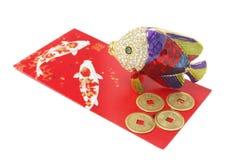Los pescados adornan y las monedas antiguas chinas foto de archivo libre de regalías