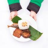 Los pescados asados con el tempeh frito, petai, pepino, lechuga, leunca, frieron el chalote, y el arroz blanco con la mano Foto de archivo libre de regalías