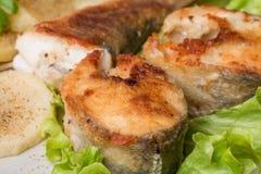 Los pescados blancos con la patata en blanco plat Imagen de archivo