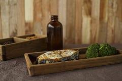 Los pescados cocidos con brokaly Fotografía de archivo