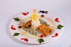 Los pescados cocidos con el arroz blanco y el sause adornaron el limón Foto de archivo libre de regalías