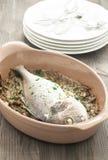 Los pescados cocinaron la brema cocida con las alcachofas guisadas foto de archivo