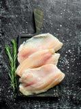 Los pescados cortan con romero imagenes de archivo