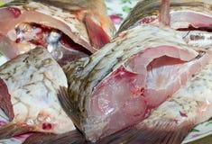 Los pescados crudos cortaron en rebanadas en una placa, cocinando, comida Fotografía de archivo libre de regalías