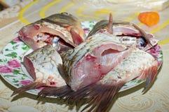 Los pescados crudos cortaron en rebanadas en una placa, cocinando, comida Fotos de archivo libres de regalías