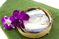 Los pescados de la caballa trataron con vapor en la cesta de bambú fotos de archivo