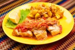 Los pescados de la perca con la salsa vegetal Fotografía de archivo