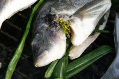 Los pescados frescos se prepararon para cocinar en la parrilla 2 Fotos de archivo