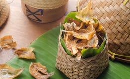 Los pescados secados al sol curruscantes fritos sobre plátano verde hojean Fotos de archivo