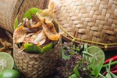 Los pescados secados al sol curruscantes fritos sobre plátano verde hojean Comida asiática d Fotografía de archivo