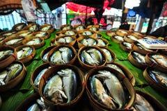 Los pescados tailandeses de la caballa en la cesta de bambú en el plátano hojean que usted Imagenes de archivo