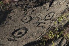 Los petroglifos hawaianos antiguos asombrosos en la lava oscilan, isla grande, Hawaii fotografía de archivo libre de regalías