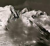 Los picos alpinos en la desaparición se nublan por la mañana imagen de archivo