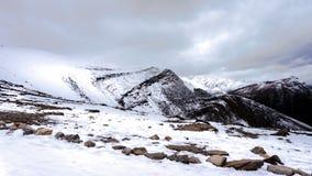 Los picos de montaña rugosos que rodean las marmotas, cerca de la ciudad del jaspe Fotos de archivo libres de regalías