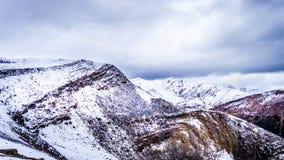 Los picos de montaña rugosos que rodean las marmotas, cerca de la ciudad del jaspe Foto de archivo