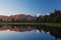 Los picos gemelos reflejan en el lago hermoso Matheson en la puesta del sol, nueva Imágenes de archivo libres de regalías