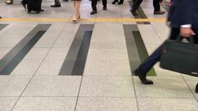 Los pies anónimos de la gente de los viajeros, de los hombres de negocios y de los viajeros en la estación de Kyoto, Japón Cámara almacen de video