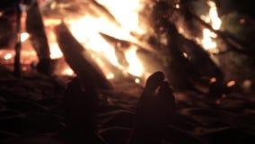 Los pies calientan el fuego almacen de video