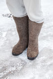 Los pies con las botas rusas tradicionales del fieltro del gris se colocan Imagen de archivo libre de regalías