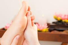Los pies dan masajes en balneario Fotografía de archivo libre de regalías