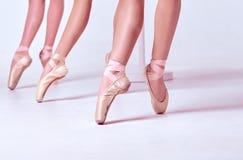 Los pies de bailarinas jovenes en zapatos del pointe Fotografía de archivo