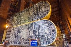 Los pies de Buda de descanso en Wat Pho Imágenes de archivo libres de regalías