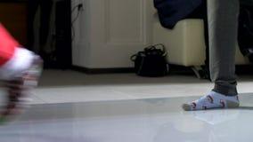 Los pies de gente en los calcetines que caminan a lo largo de la prolongación del andén almacen de video