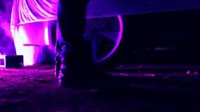 Los pies de los hombres que caminan en las linternas del coche en la noche Conveniente para las historias asustadizas del crimen  metrajes