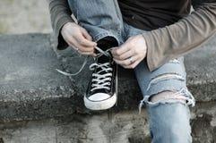 Los pies de individuo calzan las zapatillas de deporte Imágenes de archivo libres de regalías