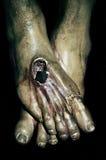 Los pies de Jesucristo en la cruz santa Fotos de archivo