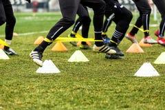 Los pies de jugadores del PAOK y de equipo de entrenamiento del fútbol Fotos de archivo