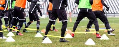 Los pies de jugadores del PAOK y de equipo de entrenamiento del fútbol Imágenes de archivo libres de regalías