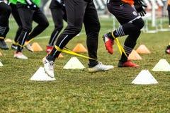 Los pies de jugadores del PAOK y de equipo de entrenamiento del fútbol Imagen de archivo