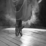 Los pies de la bailarina en el humo Fotos de archivo