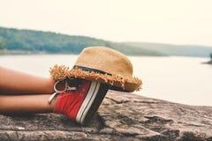 Los pies de la chica joven duermen en el parque en la naturaleza Fotografía de archivo libre de regalías