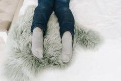 Los pies de la mujer como ella está mintiendo en cama imagen de archivo