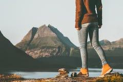Los pies de la mujer del aventurero que caminan en las montañas de Noruega ajardinan vacaciones activas del fin de semana del con imagen de archivo