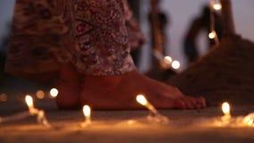 Los pies de la mujer por las luces decorativas en la arena en la playa en Goa almacen de metraje de vídeo