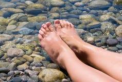 Los pies de la mujer se relajan Fotografía de archivo libre de regalías