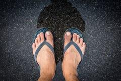 Los pies de la visión superior en selfie de las sandalias tiraron de las piernas asiáticas de los hombres con mojado Fotografía de archivo libre de regalías