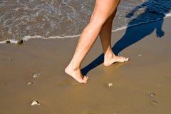 Los pies de las mujeres en la playa Imagen de archivo libre de regalías