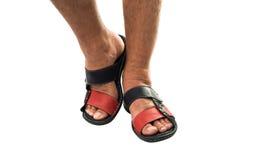 Los pies de los hombres en las sandalias de cuero Imagen de archivo libre de regalías