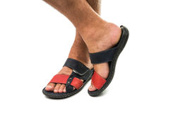 Los pies de los hombres en las sandalias de cuero Imágenes de archivo libres de regalías