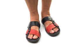 Los pies de los hombres en las sandalias de cuero Imagen de archivo